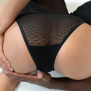 Jaye Summers shows perfect ass
